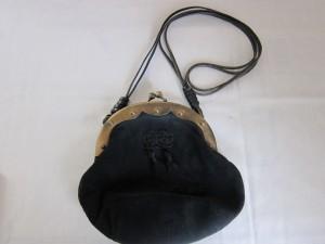 ポシェットの革ひも、カサカサのスレ傷を部分補修。