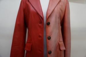 革のジャケットなどの色あせはおまかせ下さい。元の色に染直して綺麗に改善します。