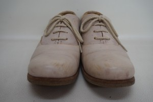 福岡県春日市から、SAYAの靴の色あせを染直し修理で、綺麗にした事例です。