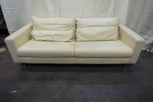 福岡県春日市から、3人掛けソファーの傷スレ汚れをクリーニング+染直しリペアで綺麗にした事例です。