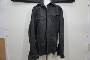 福岡市博多区から、カビが生えた黒の革のジャケットを、クリーニングで洗浄した後、染直しリペアで綺麗にした事例です。