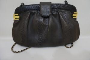 パイソン革のバッグの色あせを染め直し修理で綺麗に修復した事例です。
