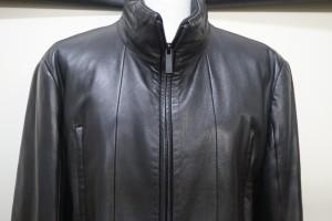 福岡県大野城市から、カルバンクラインの革のコートを染め直し修理で綺麗に修復した事例です。