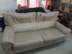 ニベアを塗ってもソファーのキズは直しません!!