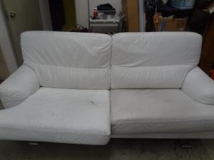 黒ずみで傷んだ白いソファーを、クリーニング+補色リペアは、革研究所博多店へ!