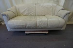 汚れてしまった悲しソファーを、クリーニング+染め直し修理で綺麗に修復したしました。ゆやーゆよん!!