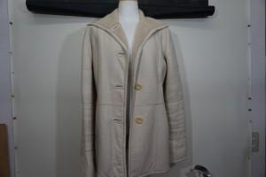 白い革のコートの黒ずみや擦り傷を、染直しリペアで綺麗にした事例です。