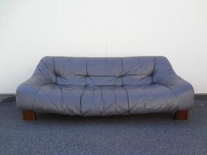 福岡市博多区からご依頼の ソファーのキズ・スレ・色落ち 修理です。