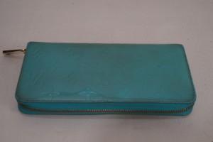 福岡市城南区より、ヴィトンのヴェルニ、エナメル財布の色あせ変色を元の色と艶を再現します。