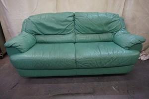 3人掛けソファの座面張替え修理と2人掛けソファの染直し修理です。