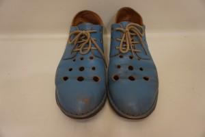 福岡市博多区より、女子の水色の靴の色あせを染直しリペアで綺麗に修復しました。