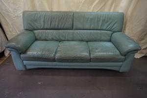 カリモク家具のチターノソファーのクリーニング・部分張替え修理・同色での染直しリペアで綺麗にした事例です。