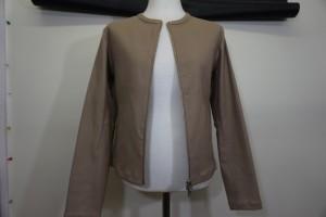 イルンゴ 革レザージャケットの襟の汚れをクリーニング+部分補色で綺麗にした事例です。