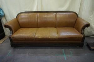 福岡市中央区より、「MORISHIGE」モリシゲの3人掛けソファを張り替えずに染直しリペアで綺麗に修復しました。