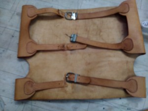 裂けてしまった革のベルトを、ナイロンで補強して新規作成した事例です。(1人掛けソファーです)