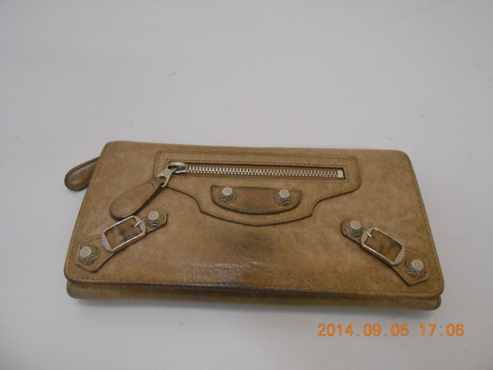 バレンシアガ長財布カラーチェンジ♪ 革製品は湿気と密閉にご注意ください