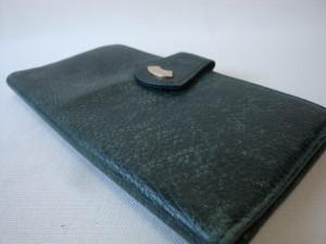 表面の擦れてしまった財布の染め直し。
