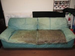 【Long Life sofa】ソファ 経年劣化の退色と破れが発生し、ホームセンターで購入されたスプレーで塗装されました。