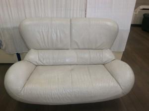 カリモクラブソファー座面ひび割れが酷くなると、破れてしまいます!早めの治療をお薦めいたします!