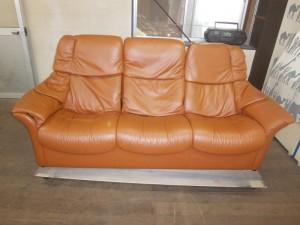 ソファーの汚れを落としたら、色まで落ちてしまい、修復のご依頼です。エコーネスのリクライニングソファーです。