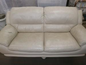 ソファー肘置きが枕代わりの方!汚れ・黒ずみを放置していませんか?張り替えずに修理いたします!