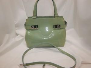 使えず捨てようと迷っていたバッグを色替え修理!フェラガモのエナメルバッグをブラックにチェンジ!