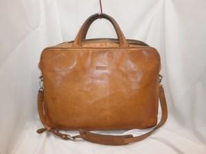 鞄のシミ跡、持ち手の黒ずみが気になり、ブラックにカラーチェンジ!あなたの革製品、どのようにしましょうか?