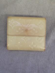 「[ヴィトン]クリーム色のエナメル財布:色あせ・黄ばみ修理」は新宿店へ
